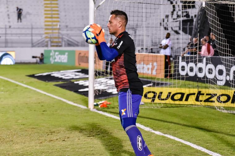 Flamengo vence Inter e se isola na liderança