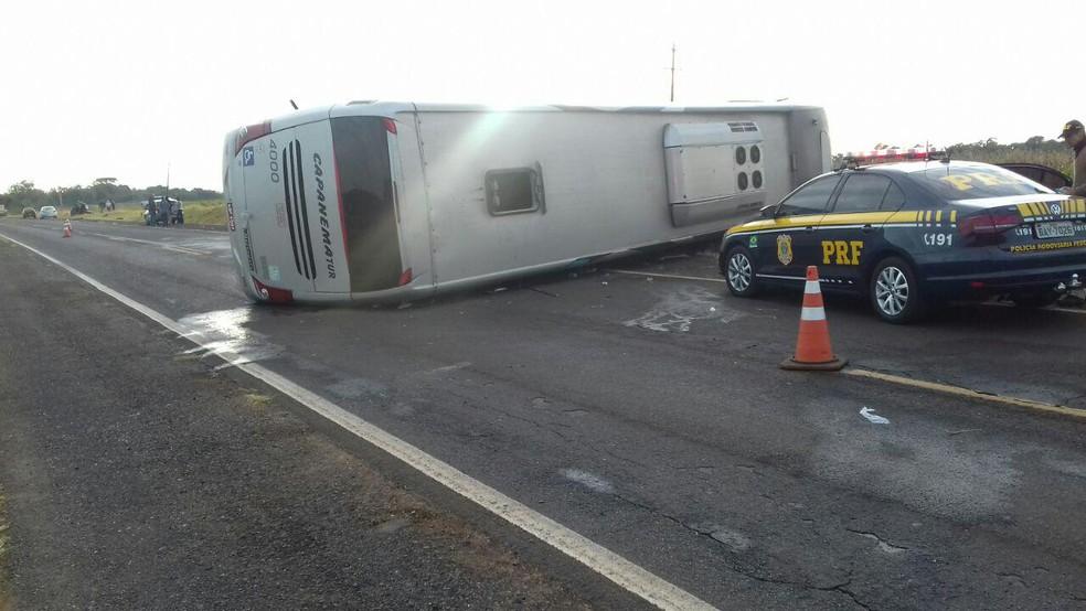 Colisão frontal entre ônibus e carro deixa 9 mortos em Candói