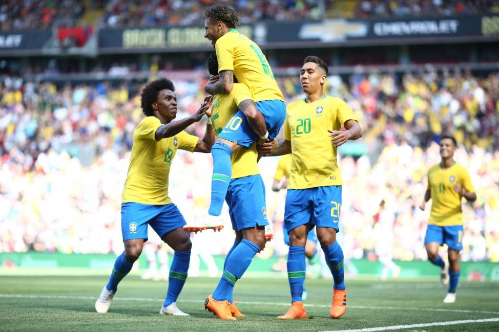 4e559eb9ce Com gols de Neymar e Firmino